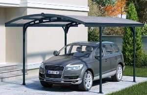 Nyitott kocsibeálló aluminium, acél és polikarbonát anyagokból